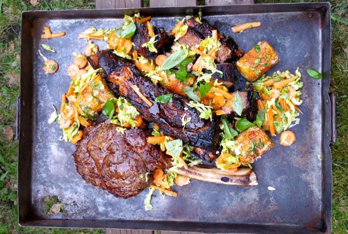 Tomahawk -kyljys, härän ribs, coleslaw, mexican street corn